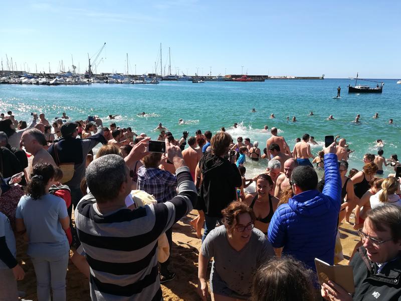 Els més valents desafien la baixa temperatura de l'aigua al 'Primer bany de l'any'. (Foto: Ajuntament de Palamós).
