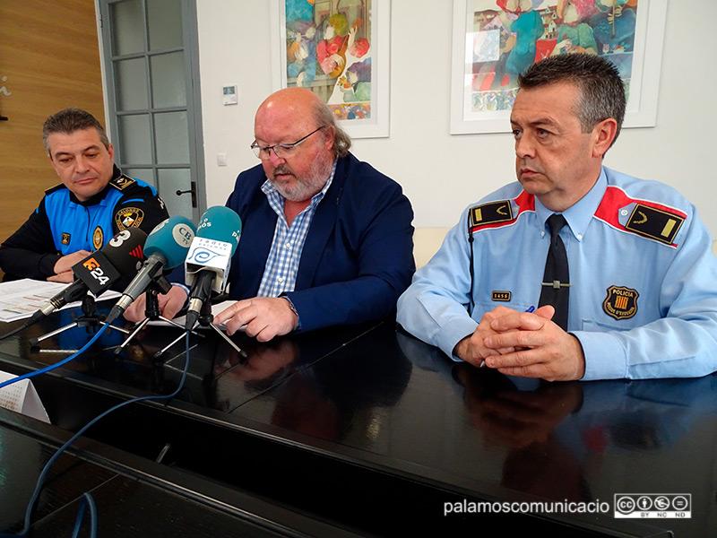 L'alcalde Jordi Soler, amb autoritats policials, aquest matí en roda de premsa.