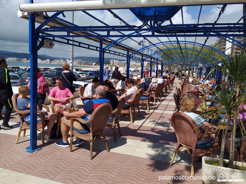 Turistes en una terrassa de Palamós.
