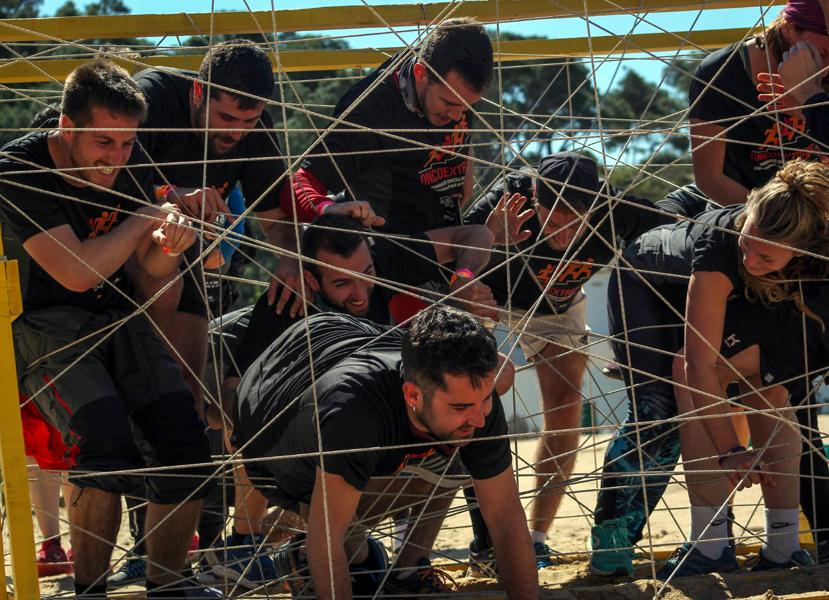 Participants de l'Oncoextreme atrapats en un dels obstacles de la prova. (Foto: Oncoextreme).