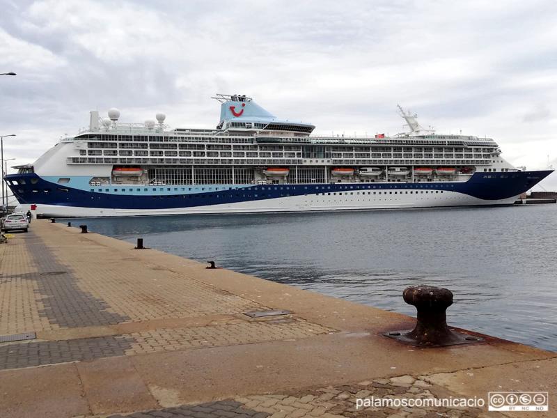 El creuer Marella Discovery 2, avui al port de Palamós.