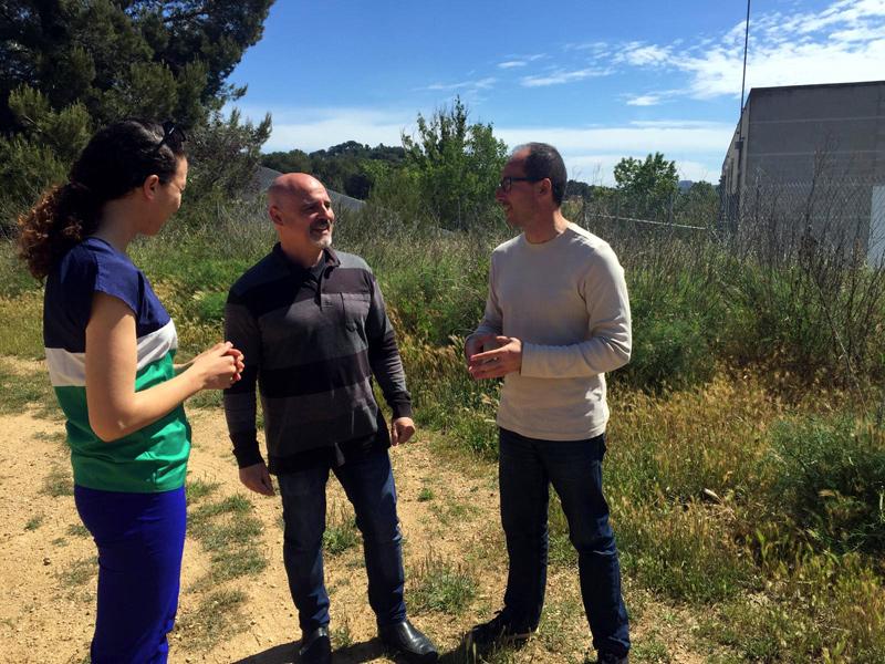 Chaymae Mechaal, Joan Barba i Lluís Puig, al voltant del Pavelló. (Foto: ERC Palamós-Sant Joan).