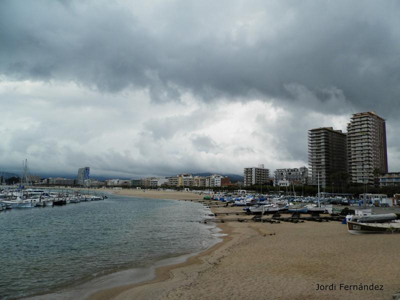 Núvols baixos sobre la platja Gran de Palamós, divendres passat. (Foto: Jordi Fernández - tempspalamos.blogspot.com).
