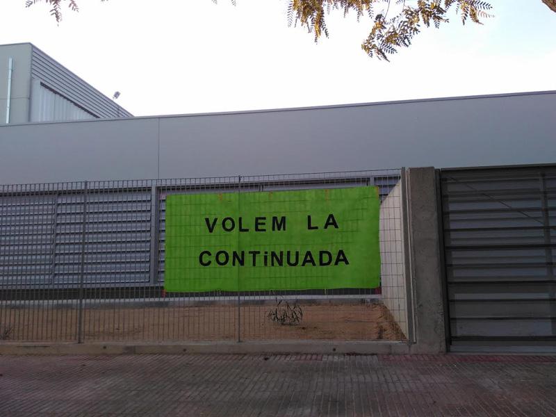 Pancarta de protesta en una de les escoles calongines, en una imatge d'arxiu.