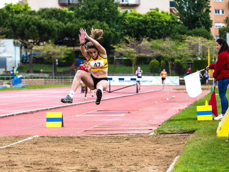 La palamosina Marta Galló, durant un salt.