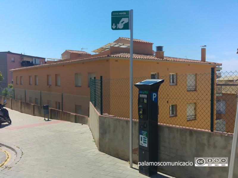 Un expenedor de tiquets d'àrea d'estacionament tarifat a Palamós.