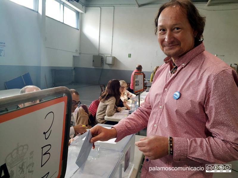 Dani Reixach (JuntsxPalamós i Sant Joan) ha votat a quarts de deu del matí.