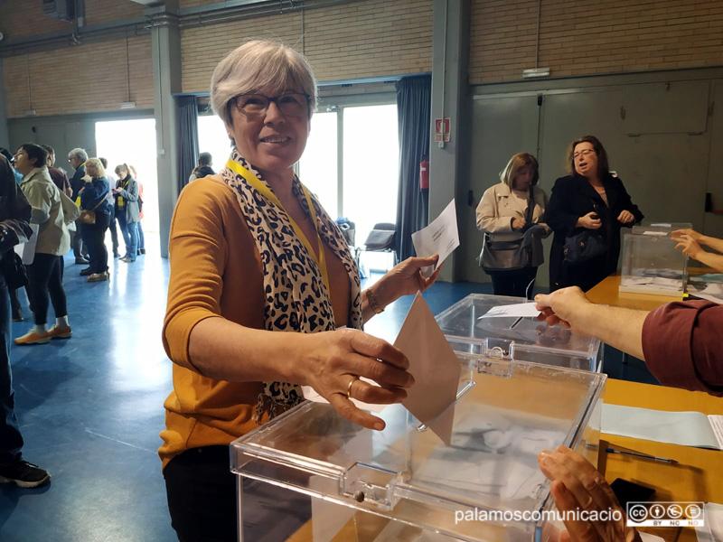 Roser Huete, en el moment de dipositar el seu vot.