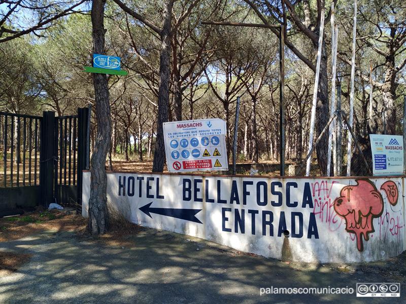 L'antic hotel Bellafosca, en estat d'abandonament, aquest migdia.