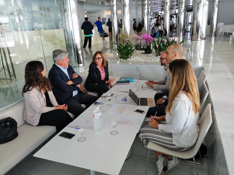 Reunió dels empresaris turístics i la Generalitat, el passat divendres a l'Hotel Aromar de Platja d'Aro. (Foto: Grup Costa Brava Centre).