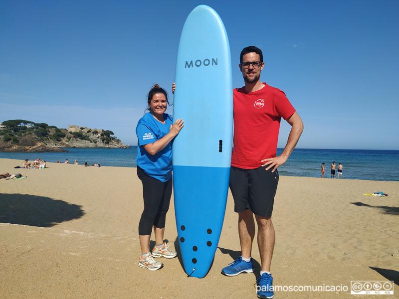 Ester Yesares, del CN Palamós, i Jordi Sansabrià, de l'Associació Pots, a la platja de La Fosca.