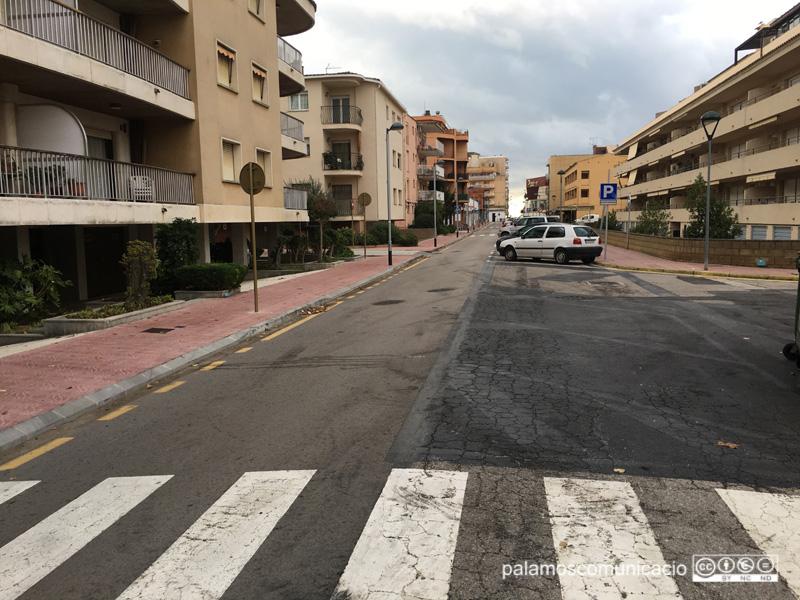 El carrer del Mar, en el límit entre els municipis de Palamós i de Calonge i Sant Antoni.