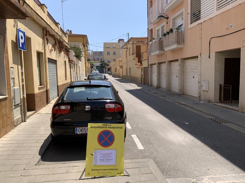 Senyalització al carrer de Muntaner informant que demà s'hi farà una neteja intensiva.