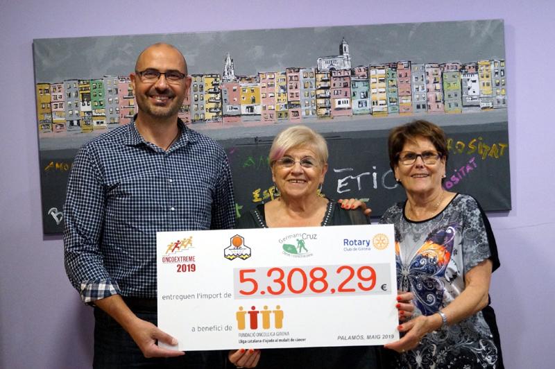 Lliurament dels 5.300 euros que ha recaptat l'Oncoextreme. (Foto: Fundació Oncolliga Girona).