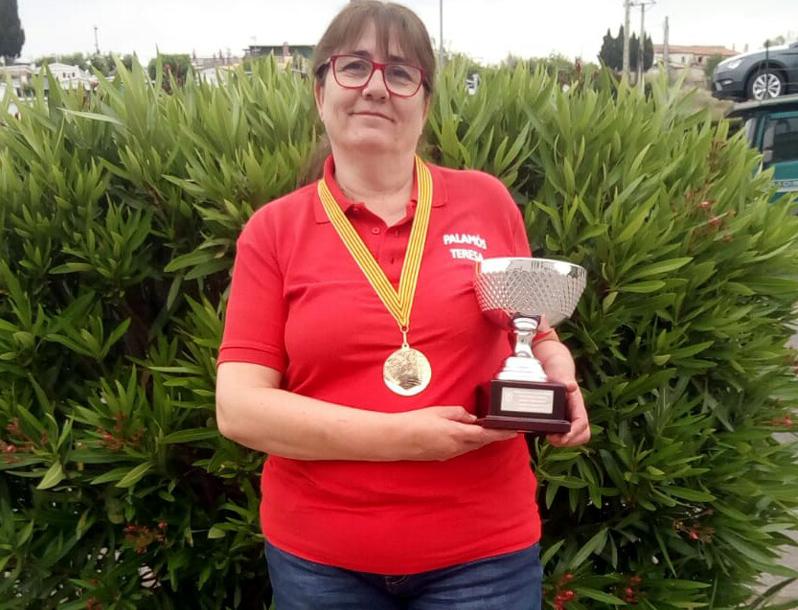 Teresa Botet, amb la copa de campiona. (Foto: Club de Bitlles Palamós).