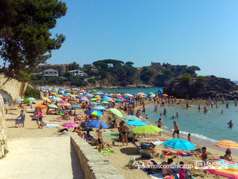 La platja de La Fosca, plena durant l'agost.