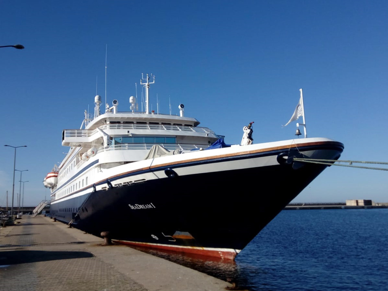 El Seadream I, avui al port de Palamós. (Foto: Ports de la Generalitat).