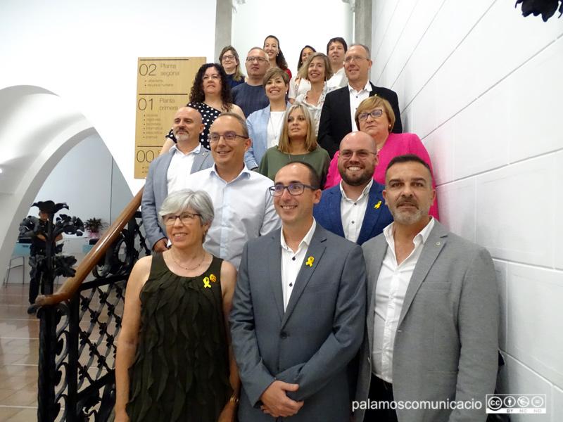 Els 17 regidors i regidores del nou Ajuntament de Palamós, amb l'alcalde Lluís Puig al capdavant.