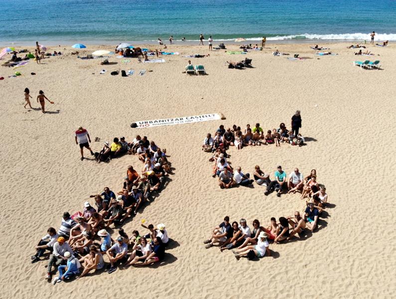 Un seguit de persones van voler recordar l'aniversari del refèrendum creant un 25 a la platja de Castell, aquest passat diumenge.