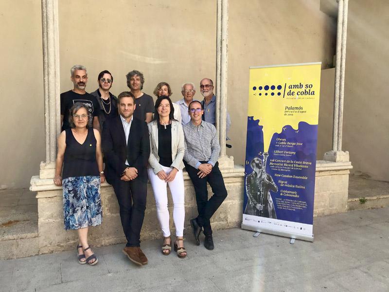 Les autoritats i els artistes que han participat avui en la presentació del festival 'Amb so de cobla'. (Foto: Amb so de cobla).