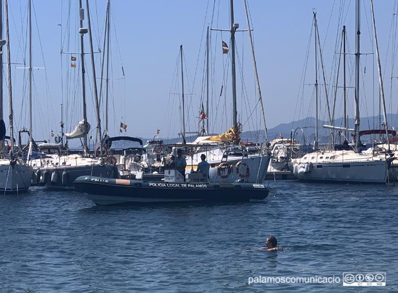 L'embarcació de la Policia Local de Palamós, aquest dissabte davant la Platja Gran.