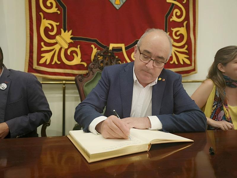 Josep Bargalló, aquest migdia firmant el Llibre d'Honor de l'Ajuntament de Palamós. (Foto: Ajuntament de Palamós).