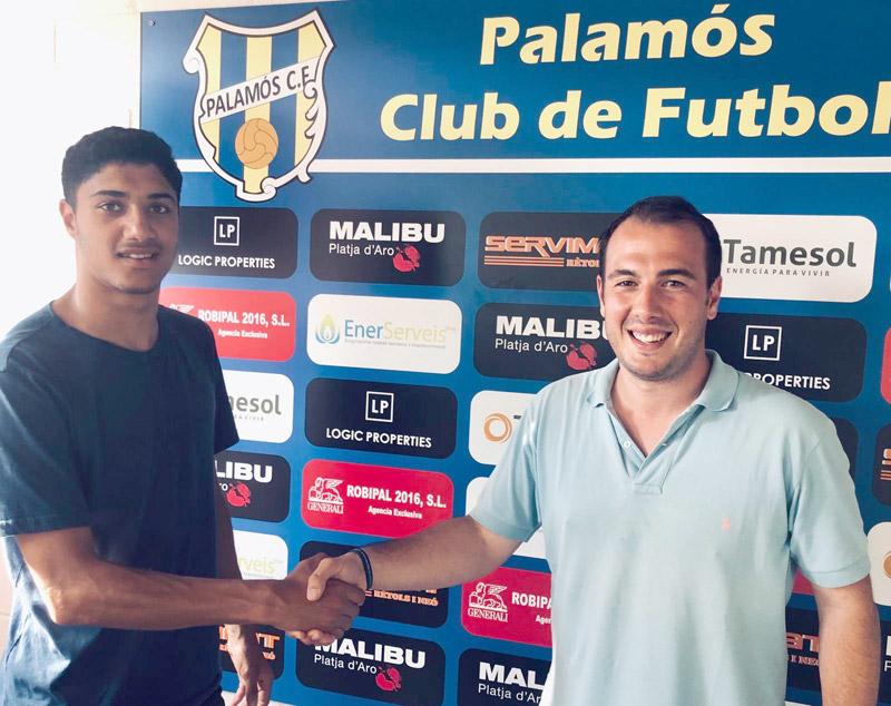Ayoub, amb el director esportiu Josep Rochés. (Foto: Palamós CF).
