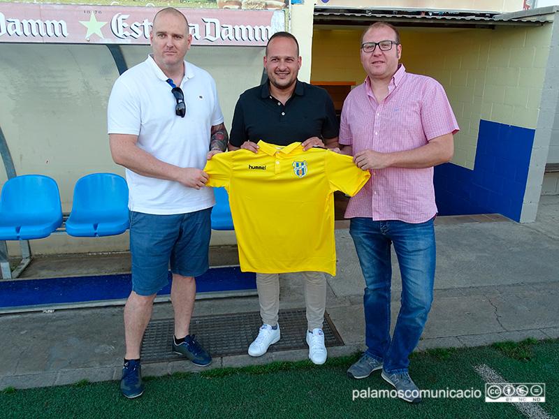Al centre, l'entrenador del Palamós Joan Mármol, el dia de la seva presentació.