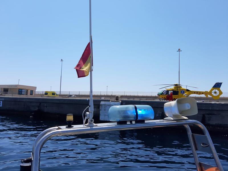 L'helicòpter del SEM al port de Palamós, vist des de l'embarcació S'Alguer. (Foto: Policia Local de Palamós).