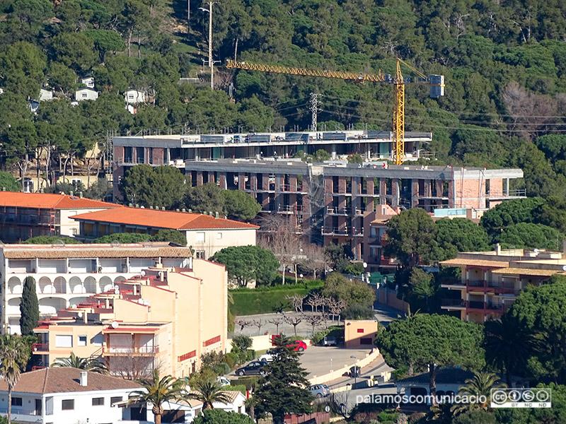 Els dos edificis que estan en fase de construcció a la pineda d'en Gori.