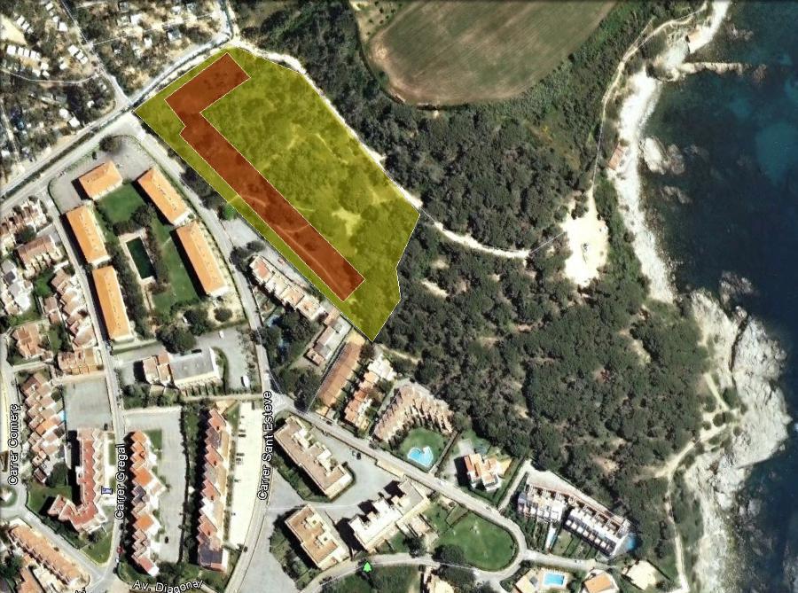 Marcat en verd, el sector urbanitzable i, en vermell, la disposició que tindran els edificis, dos d'ells ja en avançat estat de construcció.