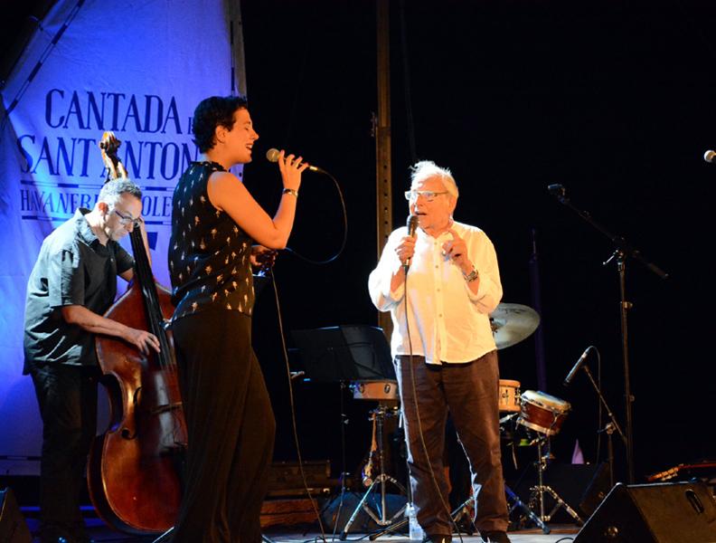 La Cantada va homenatjar Josep Bastons, a l'esquerra, interpretant un tema.