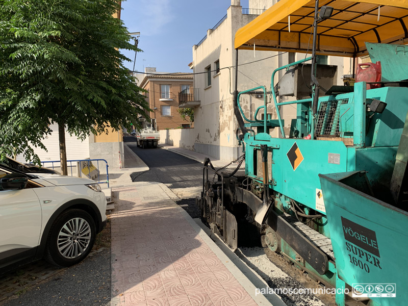Maquinària asfaltant el carrer de Carmel, aquest matí.