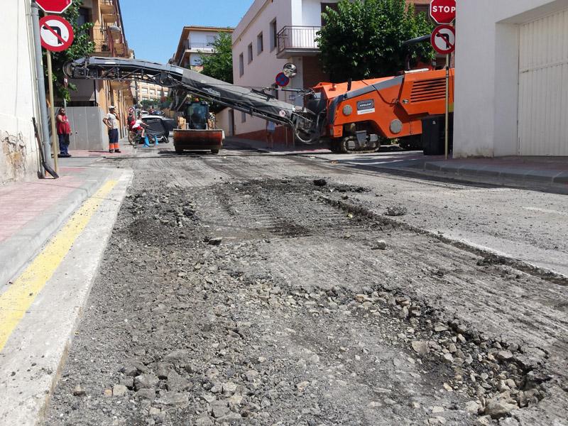 Feines d'asfaltatge al carrer de Xaloc, malmès per les pluges del passat mes de juliol. (Foto: Ajuntament de Palamós).
