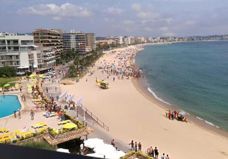 Els dispositiu d'emergències desplegat aquest migdia a la platja de Torre Valentina. (Foto: Diari de Girona).