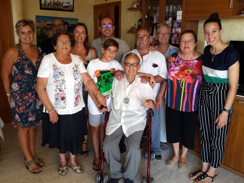 En Ramon Martí va rebre ahir la visita de l'alcalde, Lluís Puig i de les regidores Laura Lafarga i Chaymae Mechaal. (Foto: Ajuntament de Palamós).