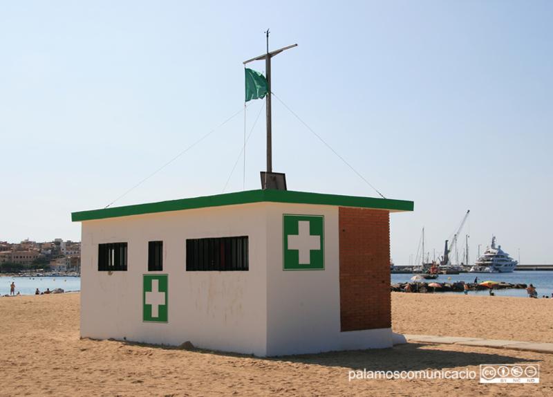 La caseta de socors a la platja Gran de Palamós.