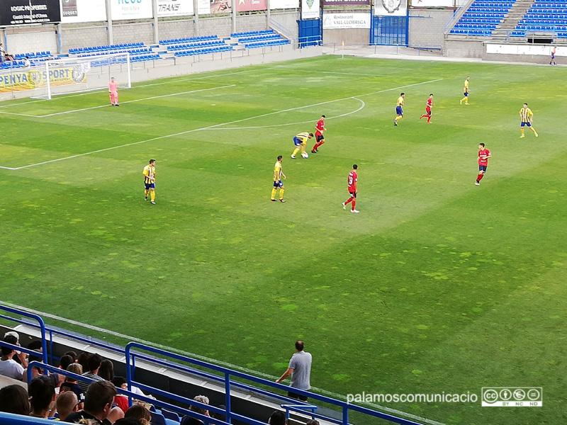 Un moment del partit jugat ahir entre el Palamós CF i la UE Olot.