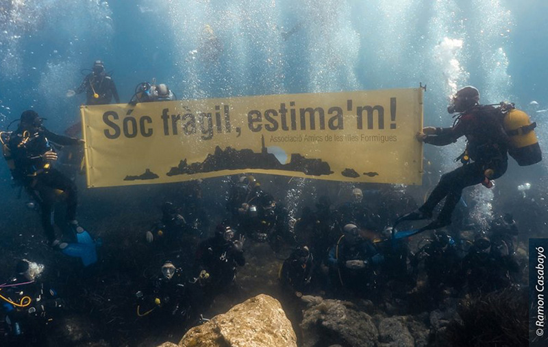 Manifestació submarina per la protecció de les illes Formigues. (Foto: Ramon Casabayó - Associació Illes Formigues).