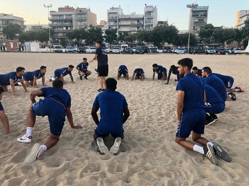 Entrenament del Palamós CF a la platja Gran. (Foto: Palamós CF).