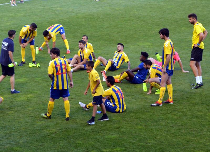 Els jugadors del Palamós CF fan estiraments després d'un partit amistós. (Foto: Palamós CF).