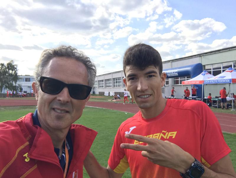Adel Mechaal amb el seu entrenador, Antonio Serrano. (Foto: Twitter Antonio Serrano).