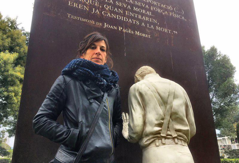 L'escultora Tània Font, al costat del memorial del cementiri de Sant Joan. (Foto: Joan Trillas-El Punt Avui).