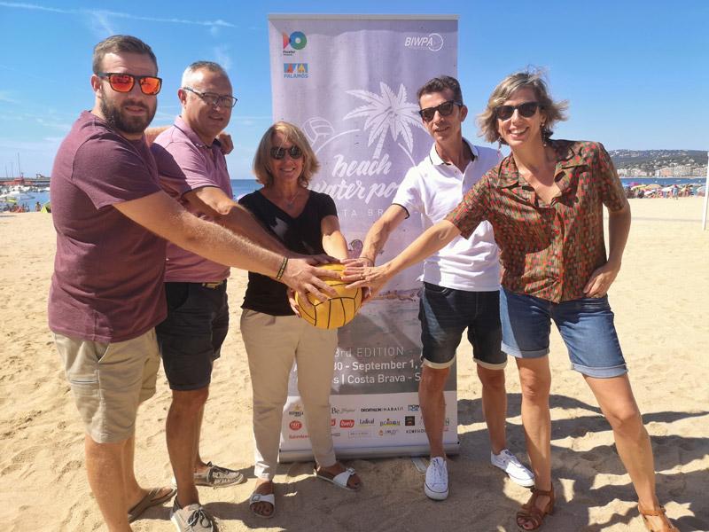 Presentació del Beach Water Polo Costa Brava, aquest matí a la platja Gran. (Foto: Ajuntament de Palamós).