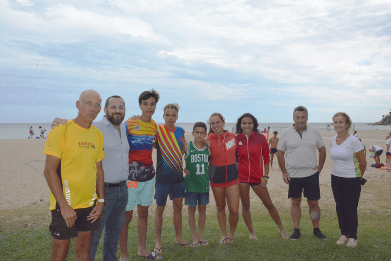 Alguns dels participants de la Copa Catalunya de Tennis Platja, amb l'alcalde de Calonge i Sant Antoni, Miquel Bell-lloch. (Foto: Ajuntament de Calong