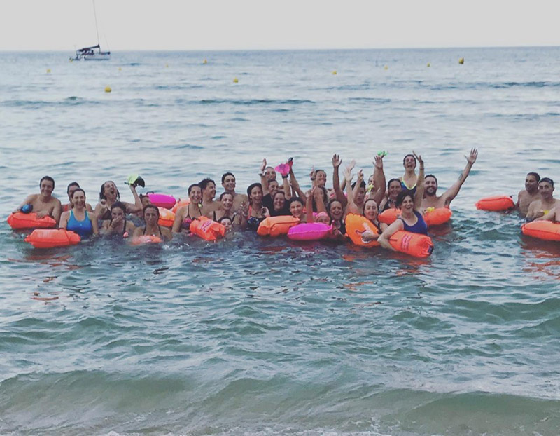Membres del CN Palamós en un dels entrenaments d'aigües obertes d'aquest estiu. (Foto: CN Palamós Facebook).