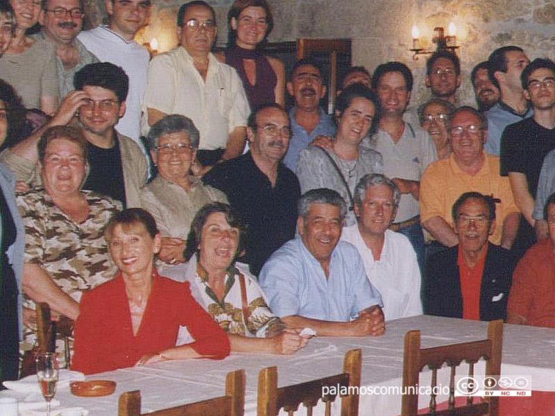 Salvador Andrés, al centre de la imatge amb samarreta fosca, en el sopar de col·laboradors de la  temporada 2001-2002.