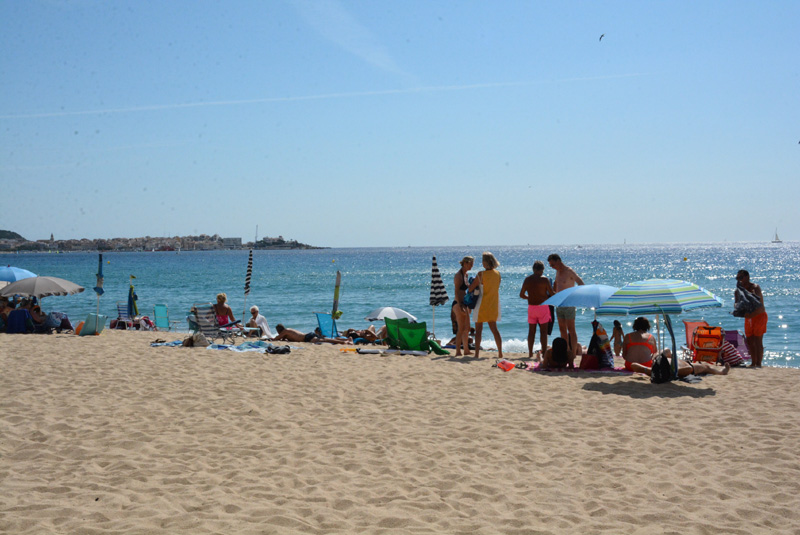Banyistes a la platja de Sant Antoni. (Foto: Ajuntament de Calonge)