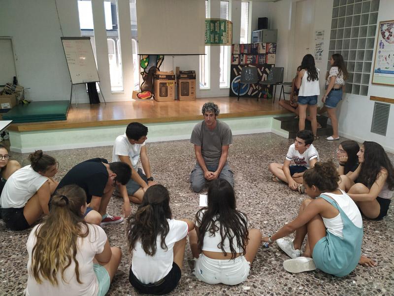 Els membres del Grup de Teatre Jove amb el seu director, Àlex Brull. (Foto: Punt Jove Palamós).
