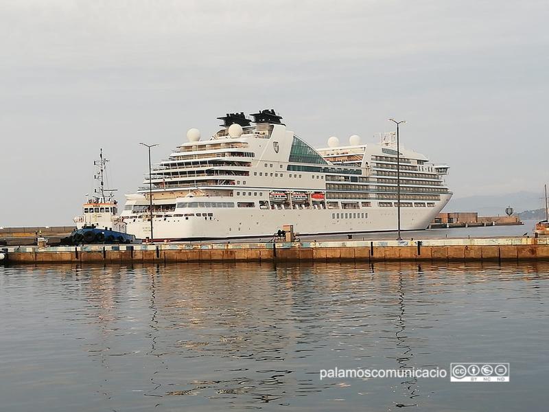 El Seabourn Encore amarrat aquest matí al port de Palamós.